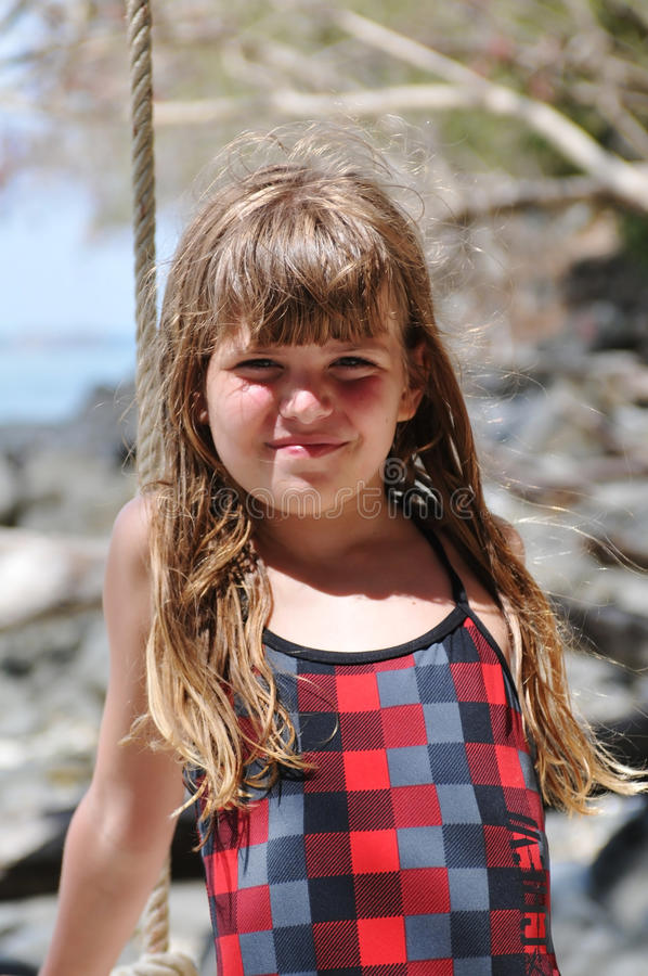 Download Милый портрет девушки смотря камеру Стоковое Фото - изображение насчитывающей девушка, одно: 40576314