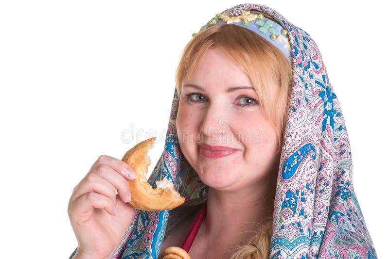 Милый плюс женщина размера в русском национальном шарфе с кучей  стоковое изображение