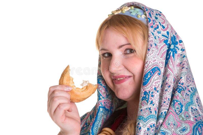 Милый плюс женщина размера в русском национальном шарфе с кучей  стоковая фотография