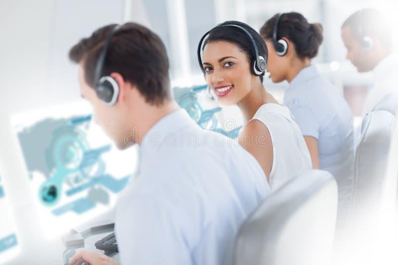 Милый работник центра телефонного обслуживания используя футуристический hologram интерфейса стоковое фото rf