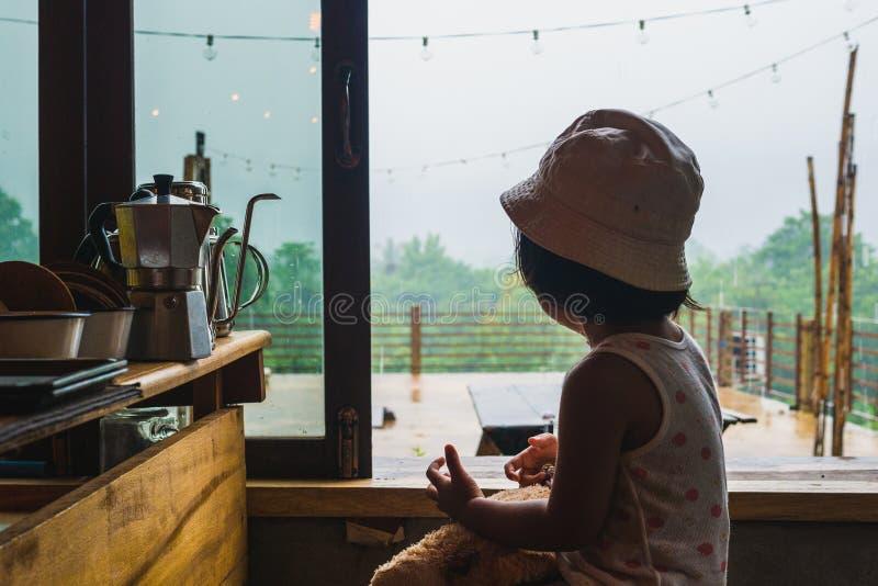 Милый ребенок в coffeeshop на vangvieng Лаосе стоковое фото