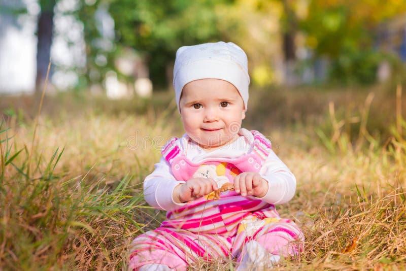 Милый ребёнок в листьях осени стоковые изображения