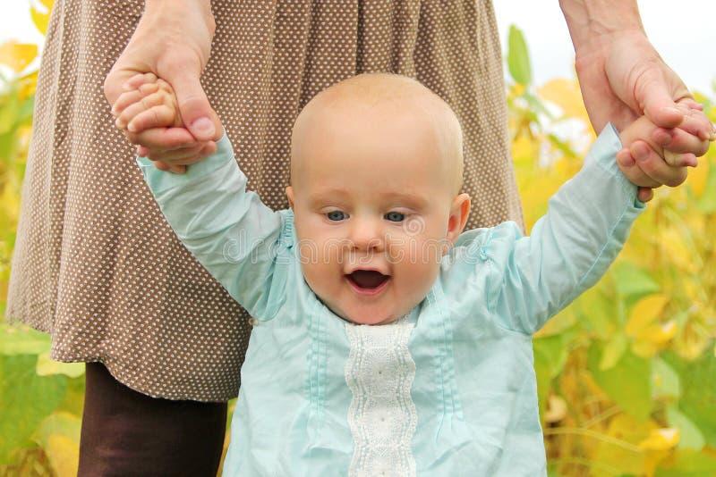 Милый ребёнок держа идти рук матерей стоковые изображения