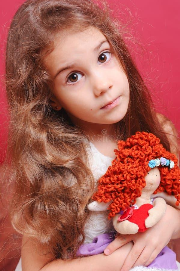 Милый ребёнок играя с handmade куклой стоковые изображения