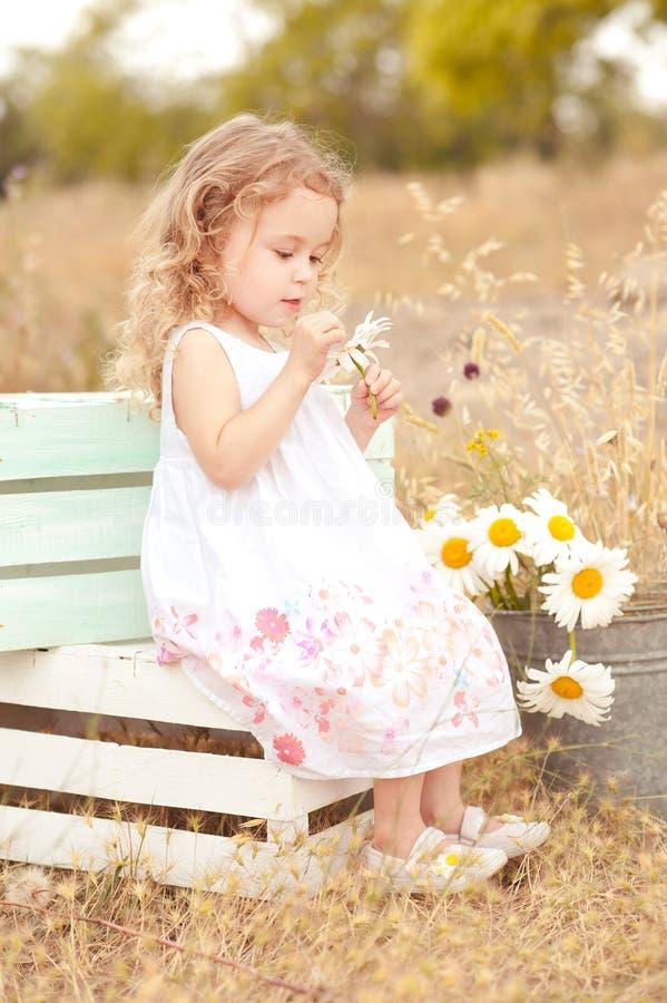 Милый ребёнок играя outdoors стоковое фото rf