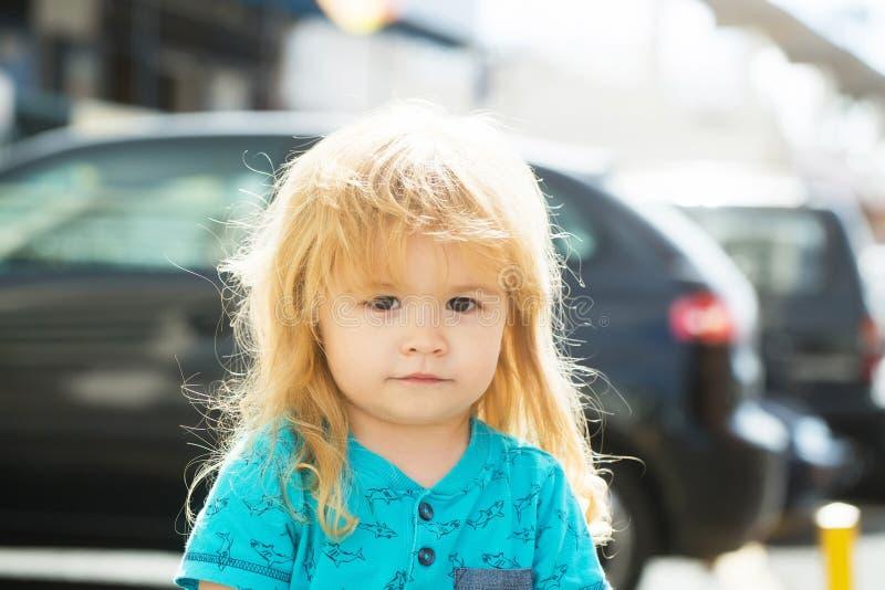 Милый ребёнок идя на улицу города стоковые фотографии rf