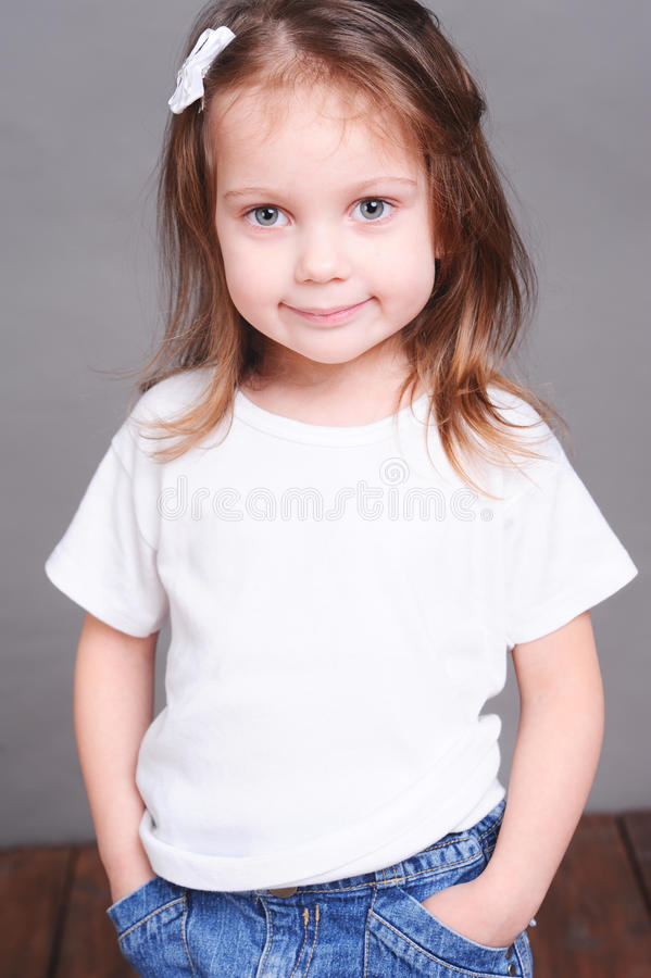 Милый ребёнок представляя на gary стоковые изображения