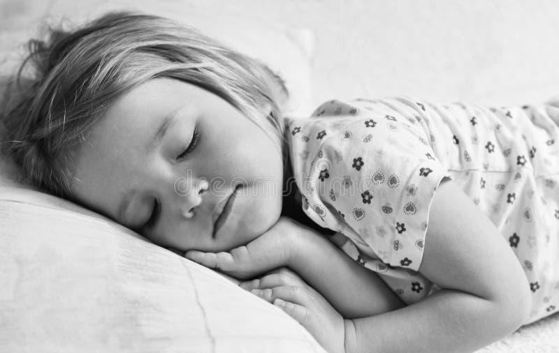 Милый спать маленькой девочки стоковая фотография