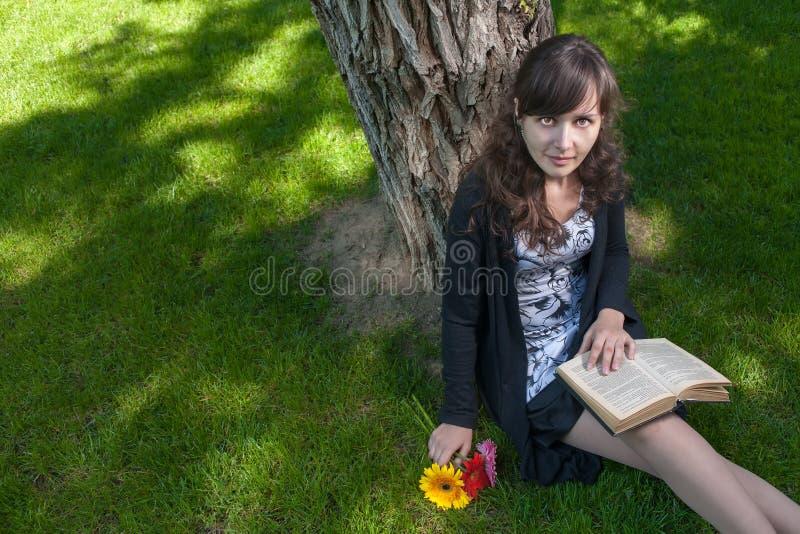 Милый студент ослабляя в парке города стоковое изображение