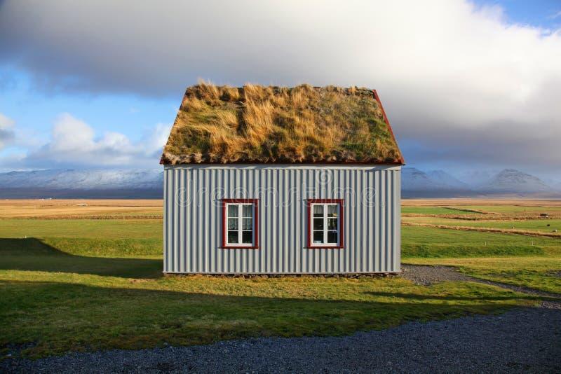 Милый традиционный дом дерновины в Gaumbaer Исландии стоковое фото rf