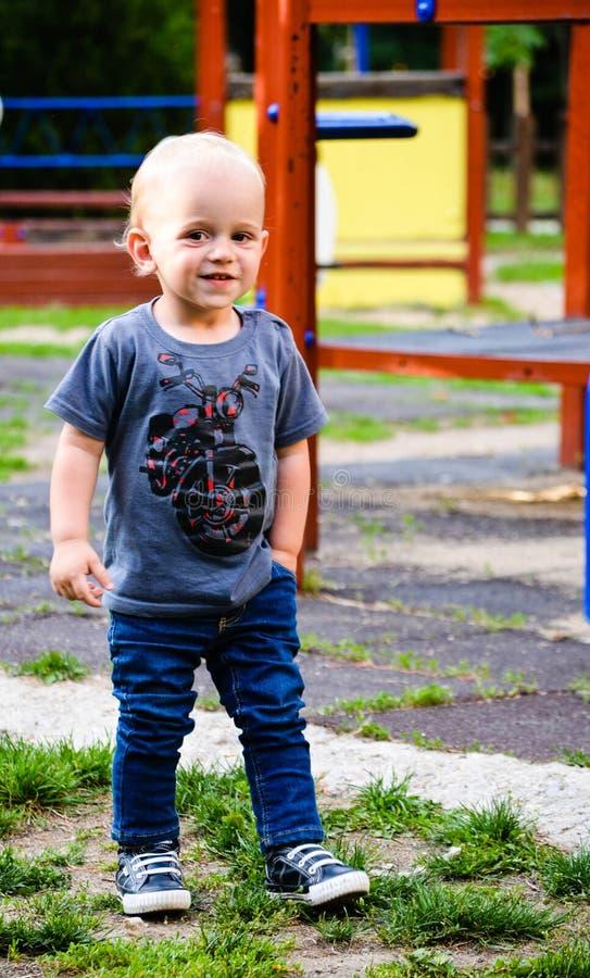 Милый усмехаясь мальчик внешний стоковые изображения rf