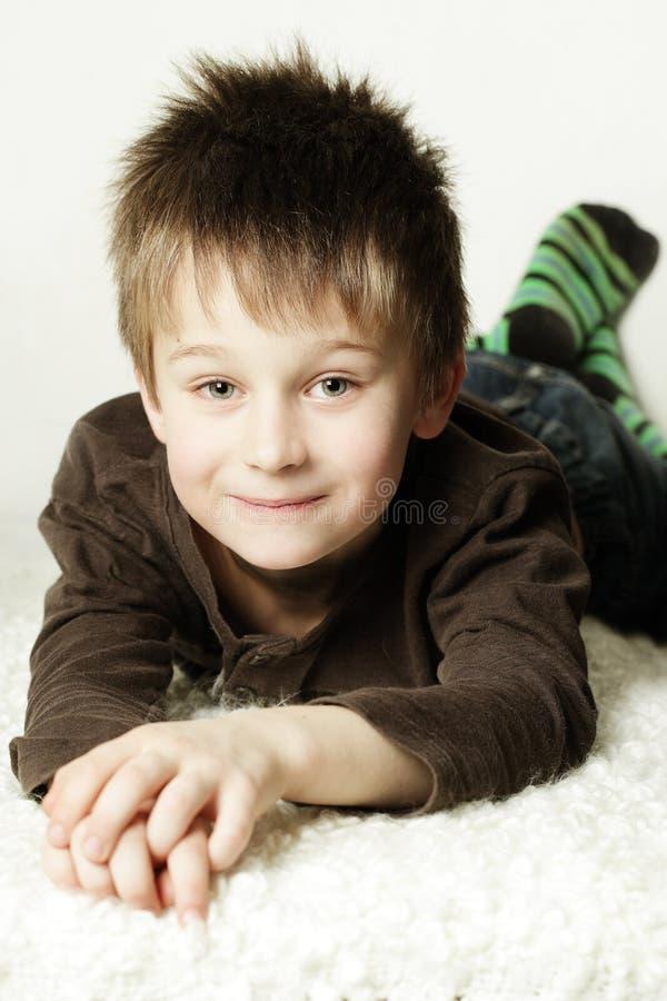 Милый усмехаясь мальчик стоковая фотография