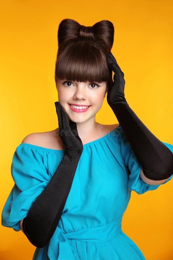 Милый усмехаясь портрет красоты девушки Элегантная мода блестящий t стоковое фото rf