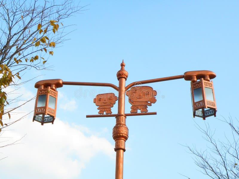 Милый уличный фонарь традиционного стиля медного цвета против неба осени голубого стоковые фотографии rf