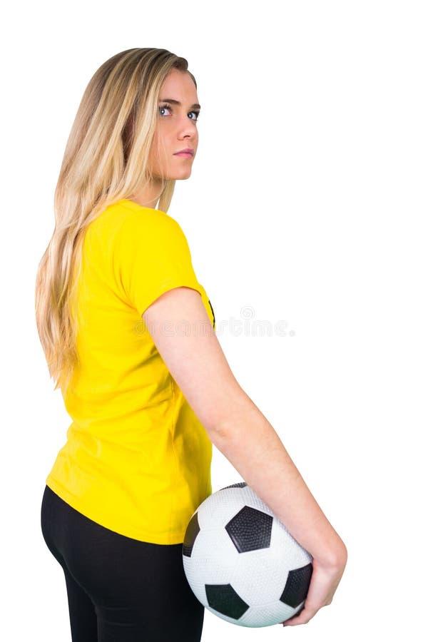 Милый футбольный болельщик в футболке Бразилии стоковые фото