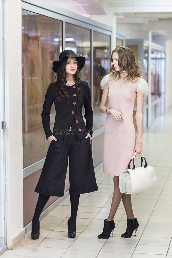 Милый ходить по магазинам женщин стоковое изображение rf