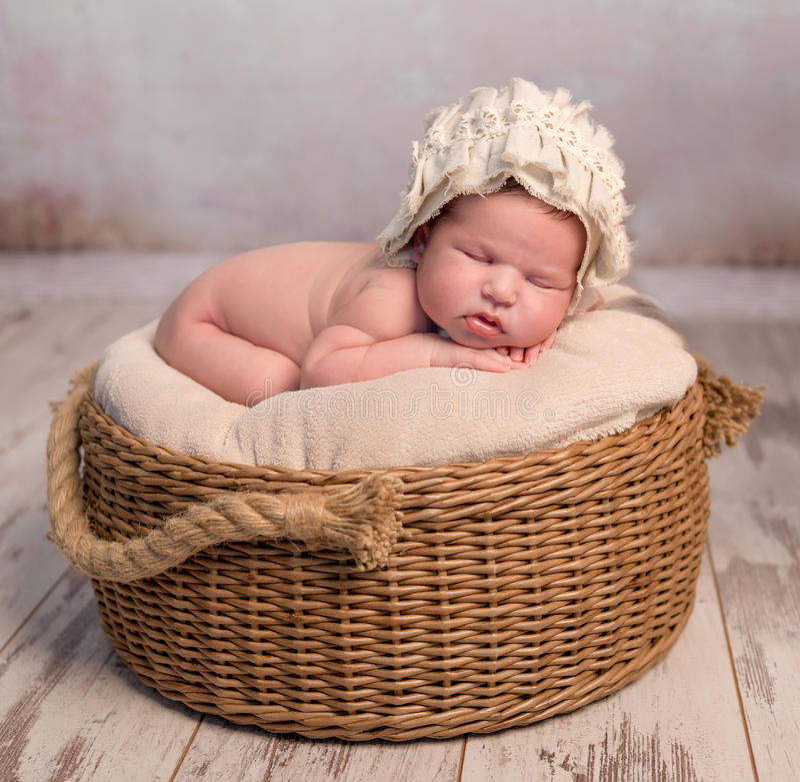 Милый newborn младенец в плетеной корзине стоковое изображение