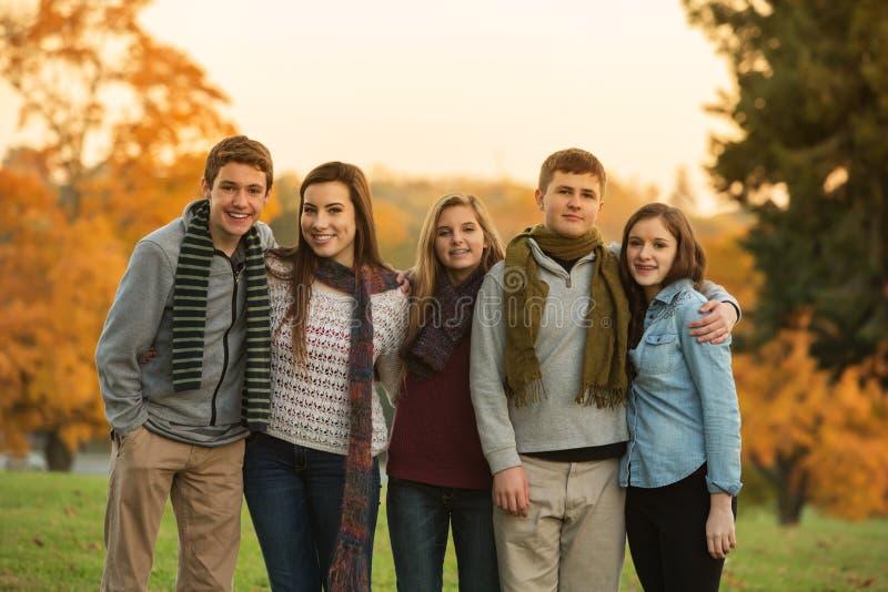 5 милых подростков с шарфами стоковая фотография rf