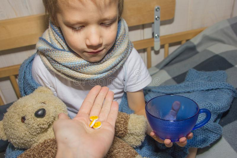 младенец болен Ребенок принимает таблетку стоковое фото rf