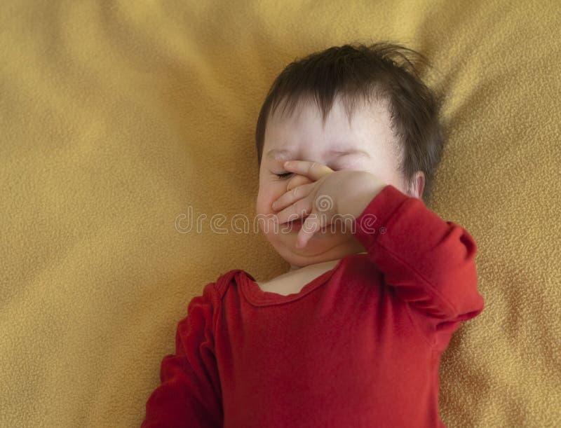 младенец вверх просыпая стоковое фото rf