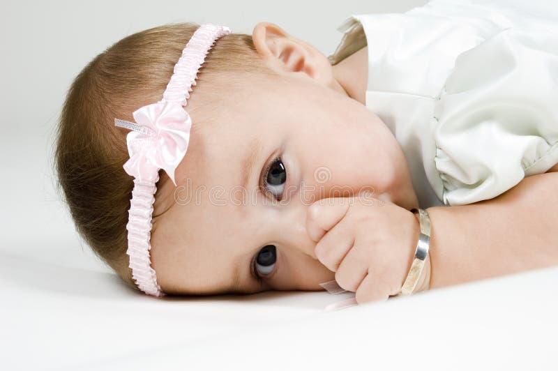 младенец всасывая большой пец руки стоковые изображения