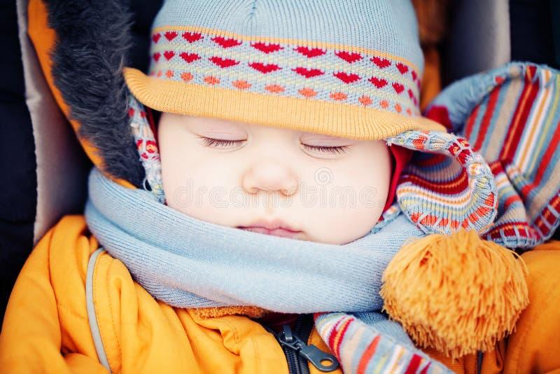 Младенец в спать шляпы и шарфа на открытом воздухе стоковое фото