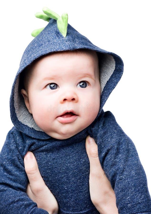 Младенец в hoodie Красивый мальчик с голубыми глазами в ` s матери подготовляет стоковые фотографии rf