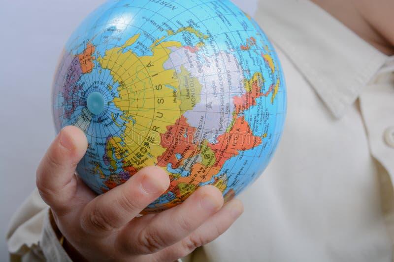 Младенец держа глобус стоковые фотографии rf