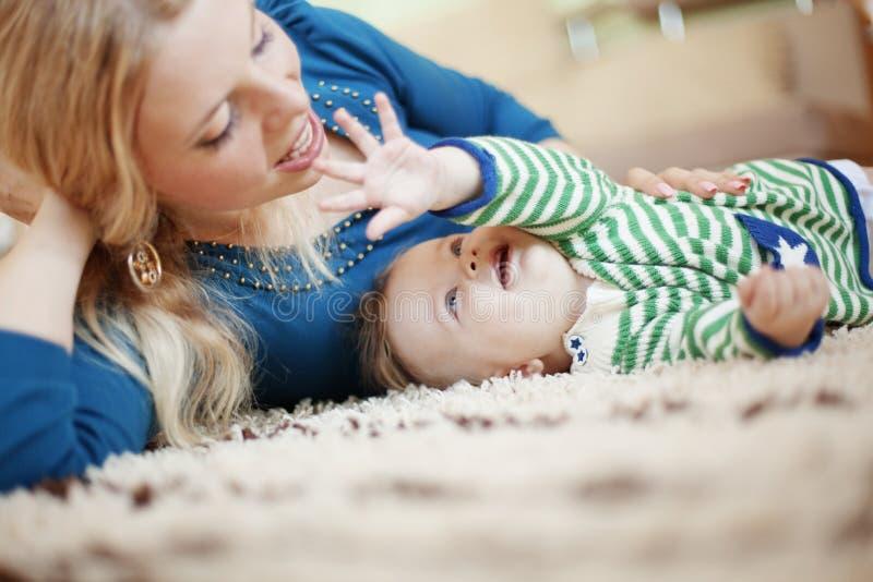 младенец ее мать стоковое изображение rf
