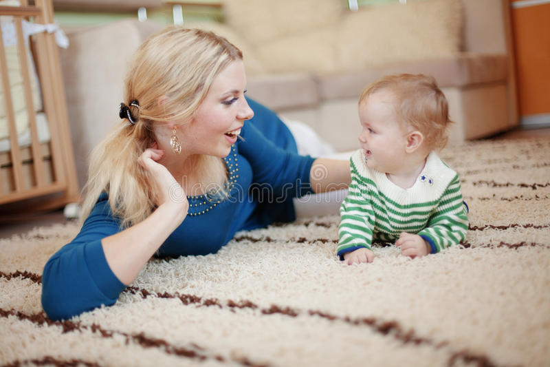 младенец ее мать стоковое фото rf