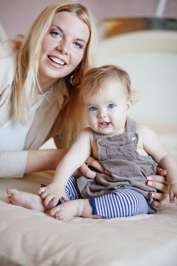 младенец ее мать стоковая фотография rf