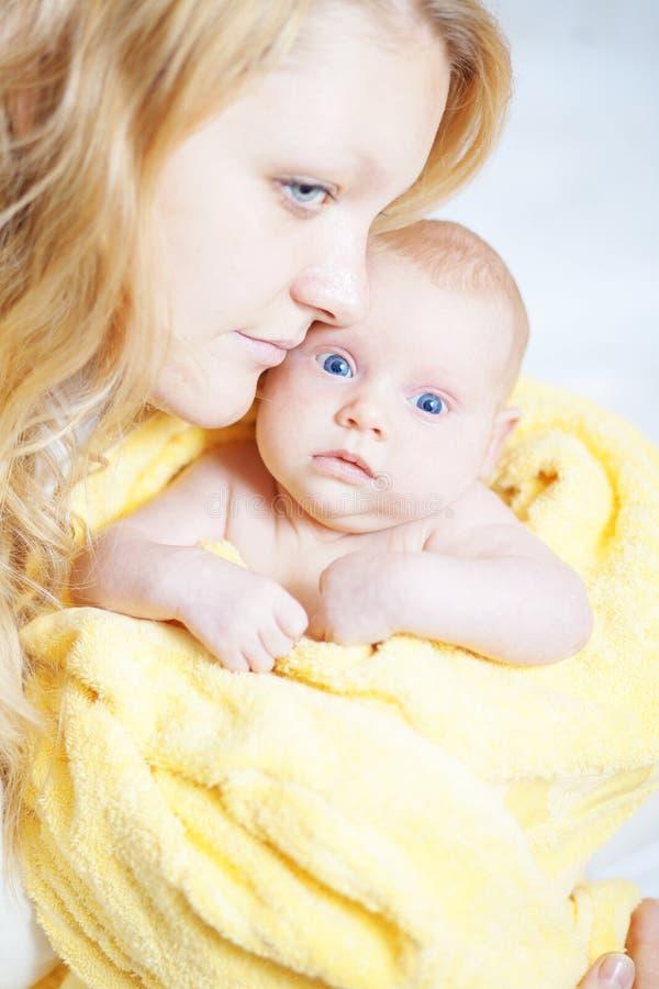 младенец ее мать newborn стоковые изображения rf