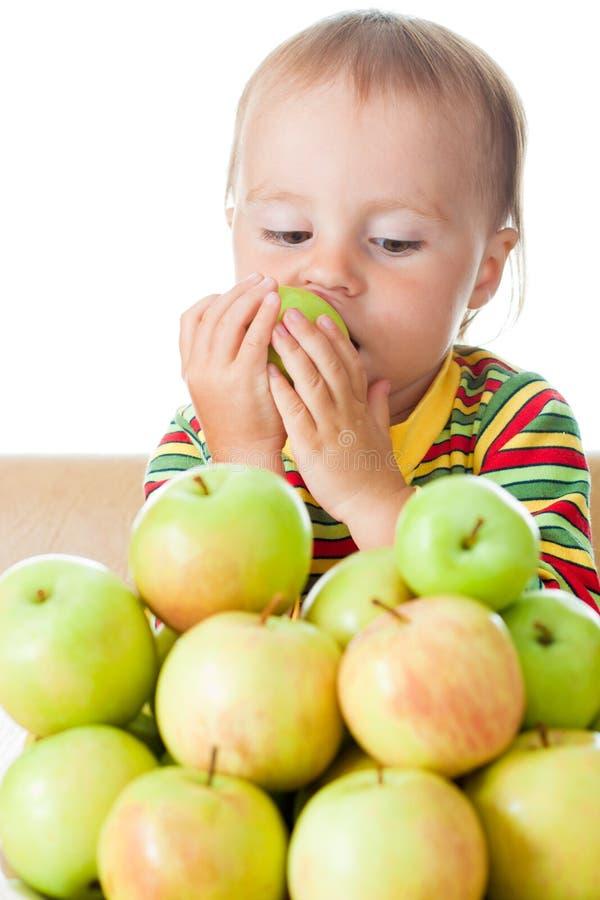 Младенец есть яблоко стоковое изображение
