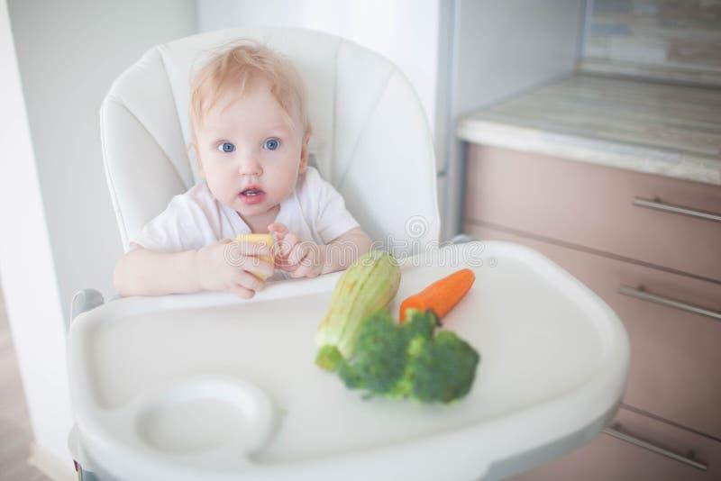 Младенец ест овощи стоковое изображение