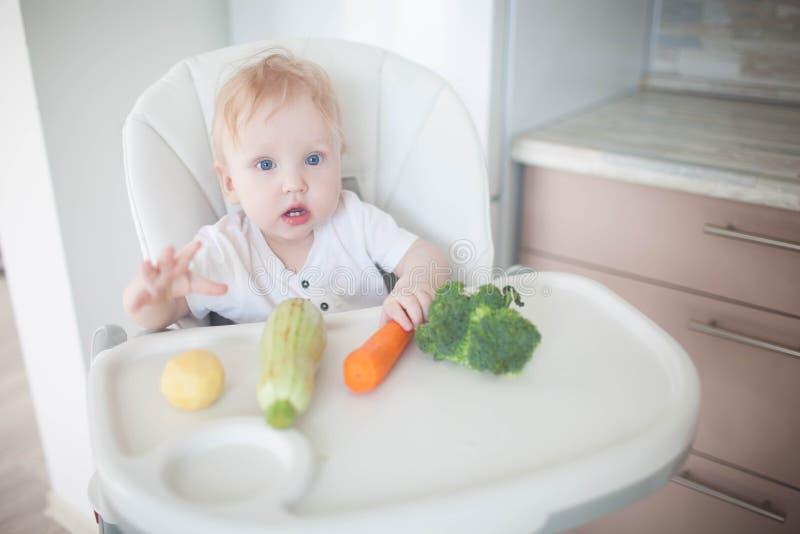 Младенец ест овощи стоковое фото