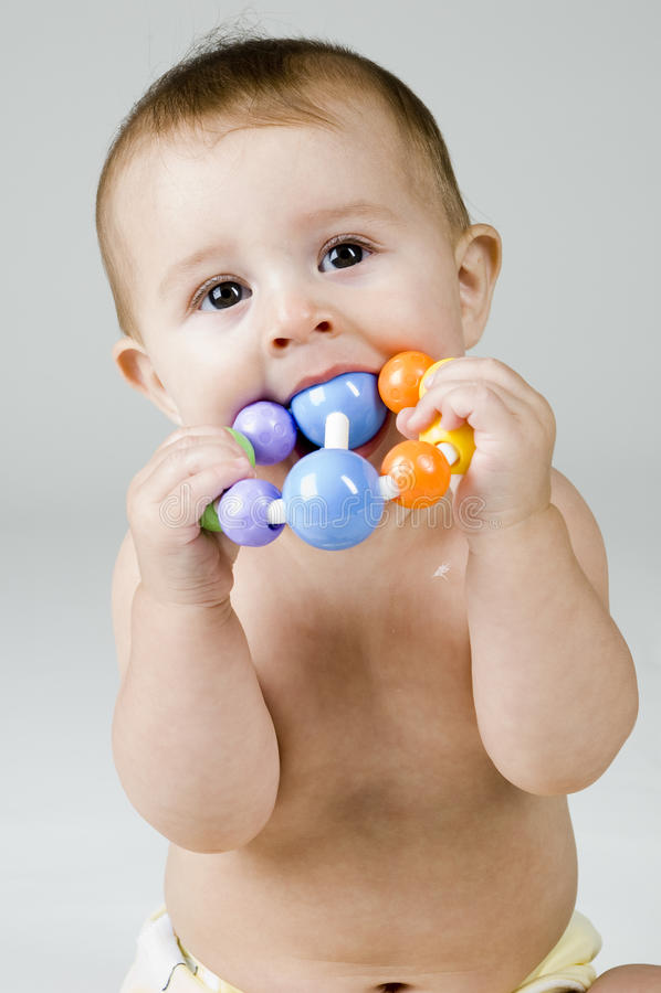 младенец жуя милую игрушку стоковая фотография