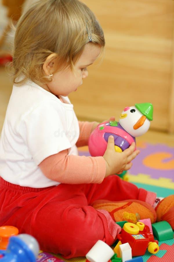 младенец играя игрушки стоковые фото