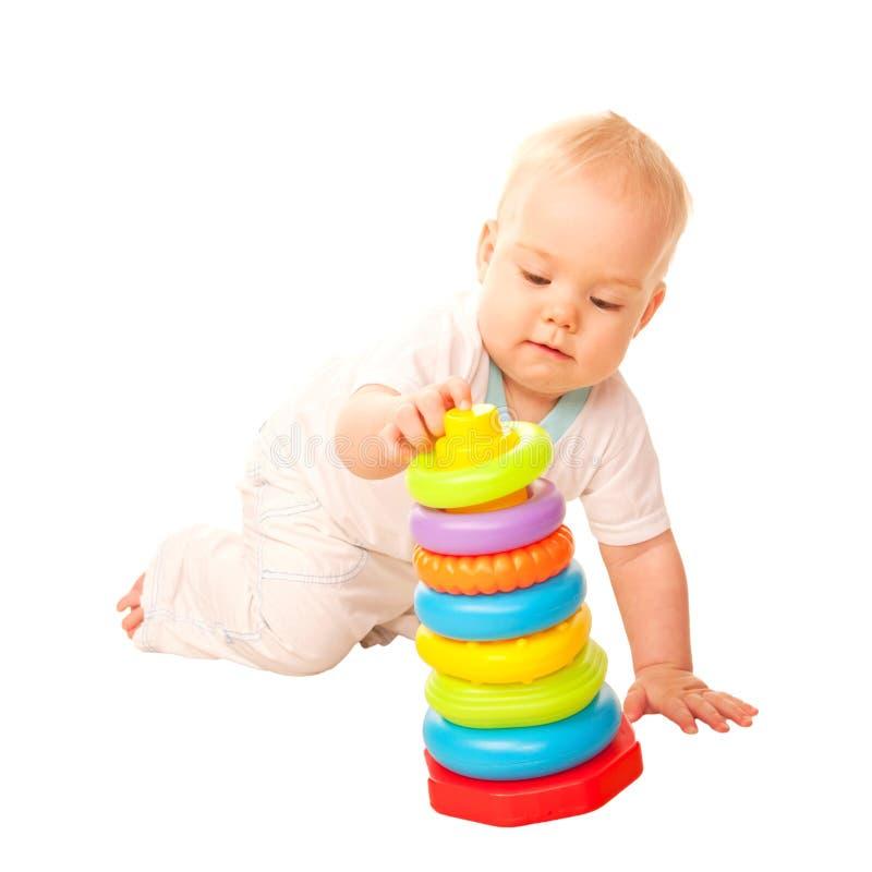 Младенец играя с игрушками. стоковое изображение