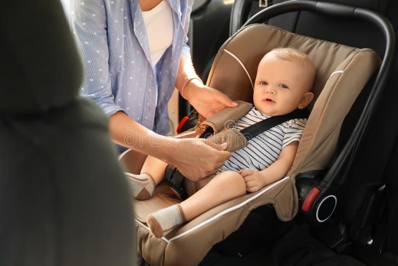 Младенец крепления матери к месту безопасности ребенка стоковые изображения