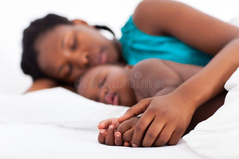 Младенец матери napping стоковая фотография rf