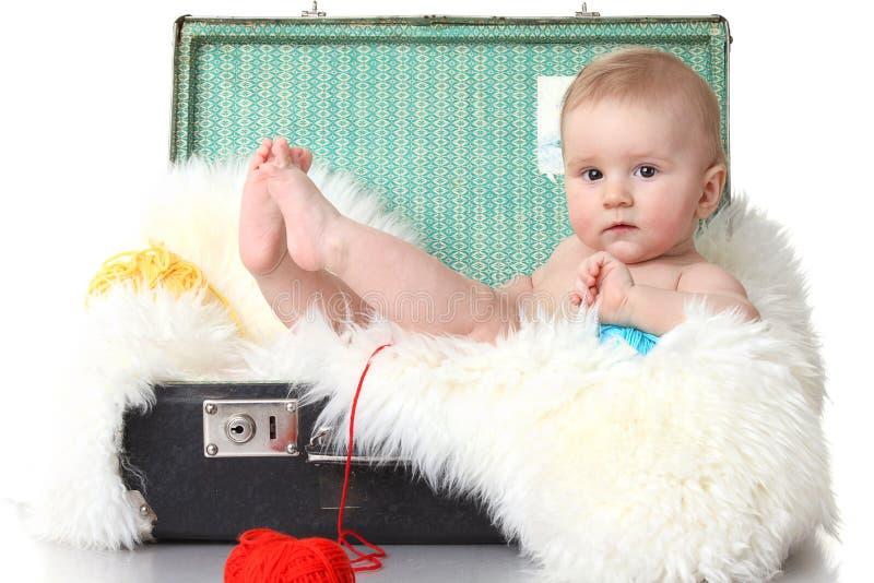 младенец меньший сбор винограда чемодана стоковая фотография rf