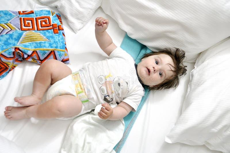 Младенец на кровати с 2 подушками стоковое изображение