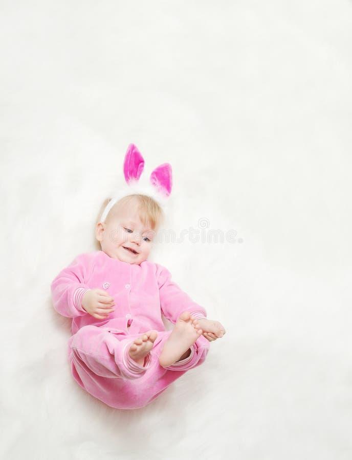 младенец одевает немногую розовый усмехаться стоковые фото