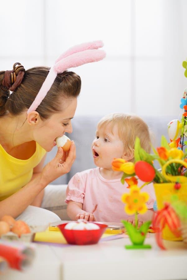 младенец пасха есть мать яичка стоковое фото rf
