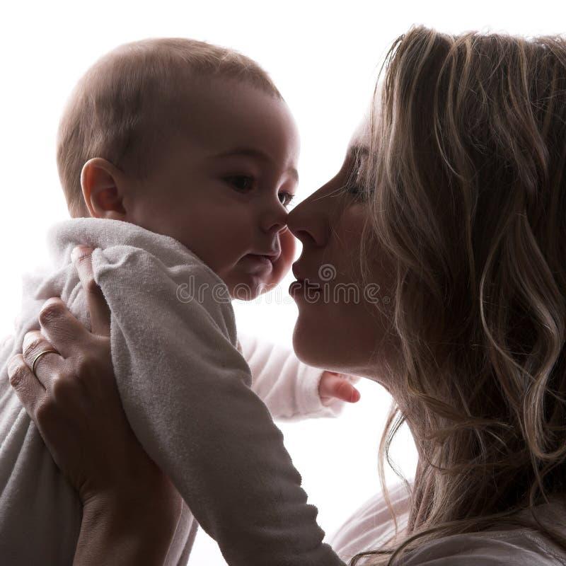 младенец смотрит на маленькую мать стоковое изображение