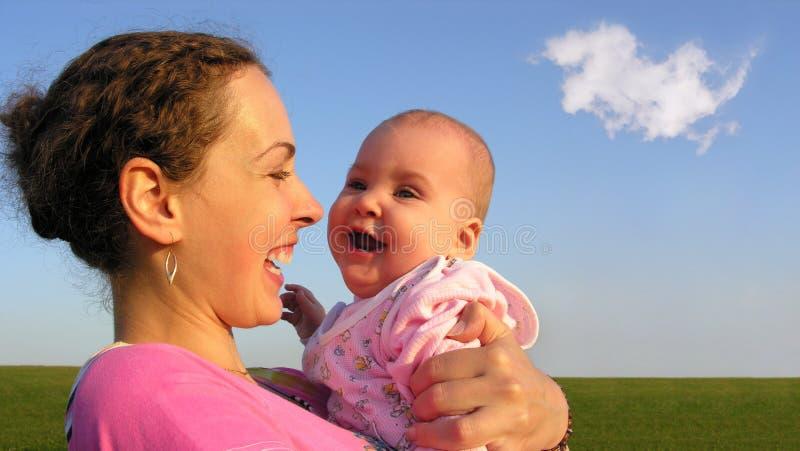 младенец смотрит на мать стоковая фотография