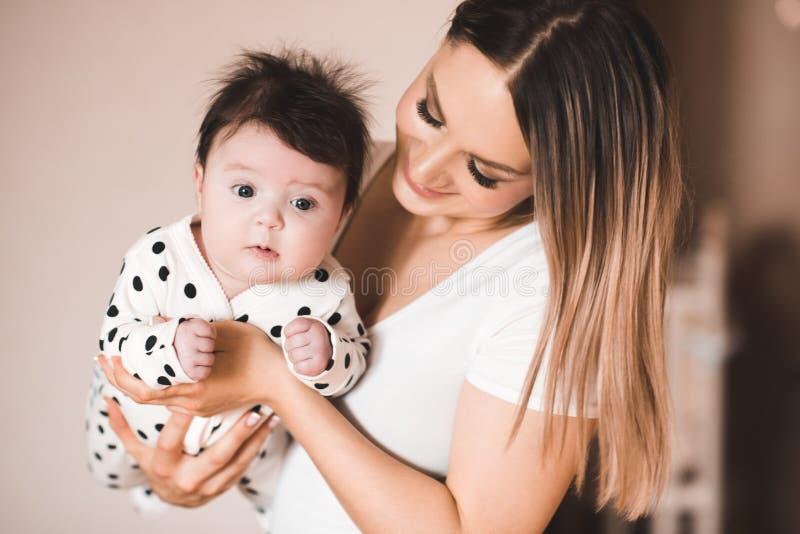 Младенец с матерью стоковая фотография