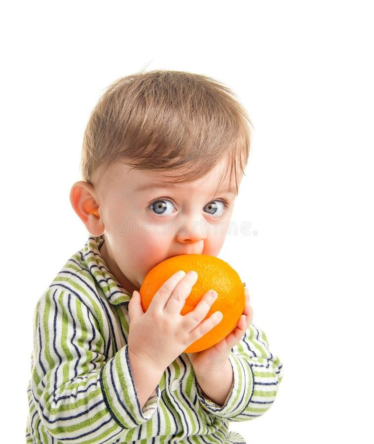 Младенец с померанцем стоковая фотография