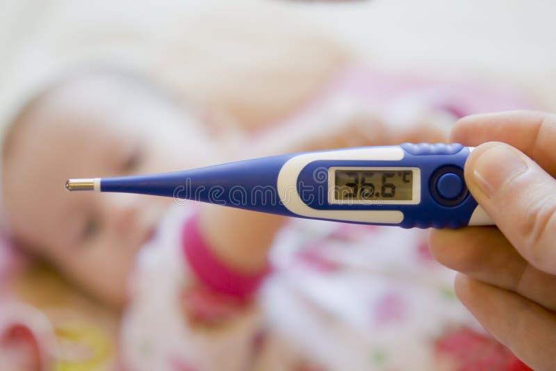 младенец s принимая температуру стоковое фото