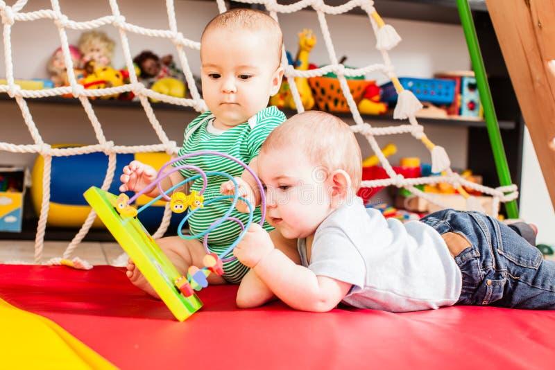 2 младенца имея потеху стоковые изображения rf